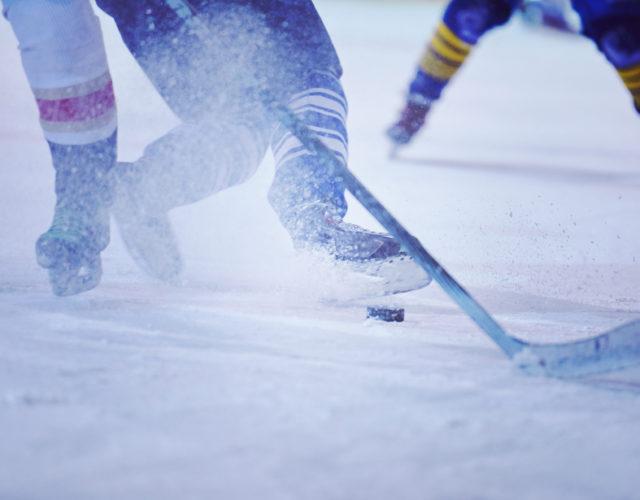 zawodnicy podczas meczu hokejowego